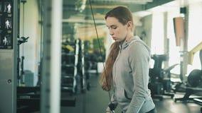 Donna che risolve i pesi di sollevamento 4k video d archivio