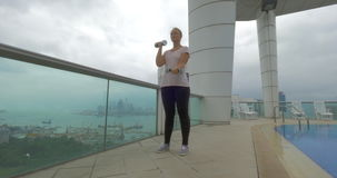 Donna che risolve sul tetto in Hong Kong stock footage