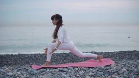 Donna che risolve sulla riva della spiaggia video d archivio