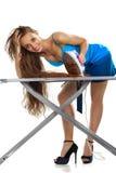 Donna che riveste di ferro i suoi capelli Immagine Stock Libera da Diritti