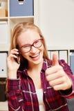 Donna che rivolge al telefono con il suo pollice su Fotografia Stock Libera da Diritti