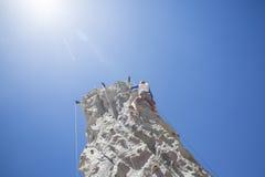 Donna che sale una parete all'aperto di arrampicata Fotografie Stock Libere da Diritti