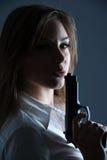 Donna che salta al suo barilotto di pistole Fotografia Stock
