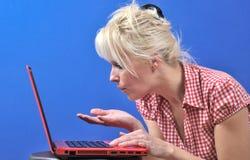 Donna che salta un bacio Fotografie Stock Libere da Diritti