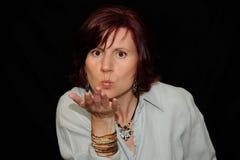 Donna che salta un bacio Fotografie Stock