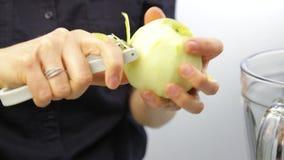 Donna che sbuccia mela verde Fine sul processo che taglia buccia della mela fresca con il coltello speciale Alimento sano video d archivio