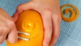 Donna che sbuccia scorza arancio archivi video