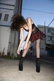 Donna che scaglia capelli. Immagini Stock Libere da Diritti