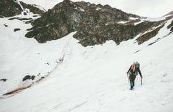 Donna che scala con il viaggio di alpinismo della piccozza da ghiaccio Fotografie Stock Libere da Diritti