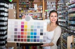 Donna che sceglie colore della vernice Immagine Stock Libera da Diritti