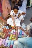 Donna che sceglie i braccialetti Fotografia Stock