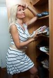 Donna che sceglie i pattini Fotografie Stock