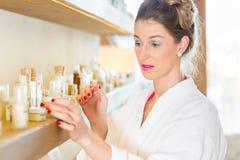Donna che sceglie i prodotti della stazione termale di benessere Fotografie Stock