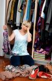 Donna che sceglie i vestiti Fotografia Stock Libera da Diritti