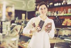 Donna che sceglie la barra di cioccolato Fotografie Stock Libere da Diritti