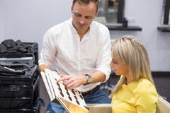 Donna che sceglie nuovo colore dei capelli Fotografia Stock