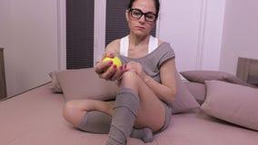Donna che schiaccia la palla di sforzo