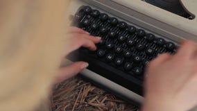 Donna che scrive su una fine della macchina da scrivere su stock footage