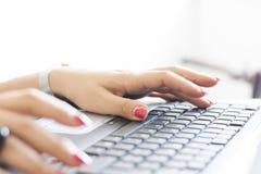 Donna che scrive su una tastiera di computer Immagine Stock Libera da Diritti