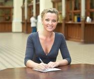 Donna che scrive una lettera Immagini Stock Libere da Diritti