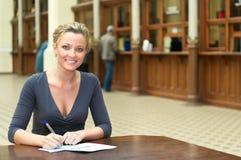 Donna che scrive una lettera Fotografie Stock Libere da Diritti