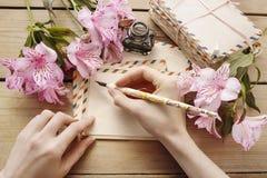 Donna che scrive una lettera Fotografia Stock