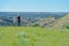 Donna che scruta fuori ad una valle. Fotografia Stock