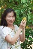Donna che seleziona il mA Fai immagine stock libera da diritti