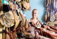 Donna che seleziona la carne deliziosa di prosciutto di Parma Fotografie Stock
