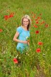 Donna che seleziona un mazzo Fotografie Stock