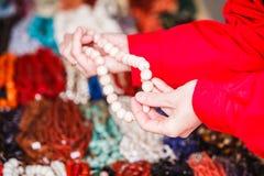 Donna che sembra le collane decorative commoventi Fotografia Stock Libera da Diritti