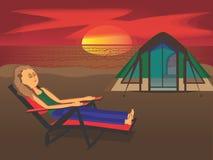 Donna che si accampa alla spiaggia Immagini Stock