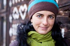 Donna che si appoggia contro la casa di legno. Fotografie Stock Libere da Diritti