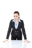 Donna che si appoggia sullo scrittorio Fotografia Stock