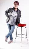 Donna che si appoggia uno sgabello da bar Fotografie Stock Libere da Diritti