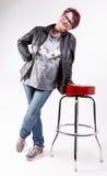 Donna che si appoggia uno sgabello da bar Fotografia Stock Libera da Diritti