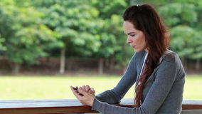 Donna che si arrabbia ed infastidita dopo la ricezione del testo archivi video
