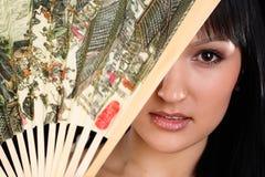 Donna che si chiude con il ventilatore fotografie stock libere da diritti