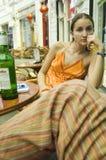 Donna che si distende al caffè esterno Fotografie Stock