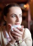 Donna che si distende in caffè Fotografie Stock