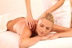 Donna che si distende durante il massaggio immagine stock