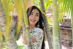 Donna che si distende nel giardino Immagine Stock Libera da Diritti