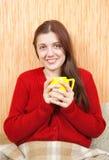 Donna che si distende nel paese con una tazza Fotografia Stock