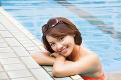 Donna che si distende nella piscina Fotografia Stock Libera da Diritti