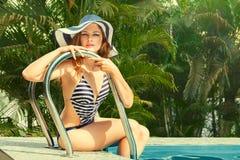 Donna che si distende nella piscina Fotografia Stock
