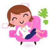 Donna che si distende in sofà royalty illustrazione gratis