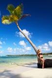 Donna che si distende sulla palma Fotografie Stock