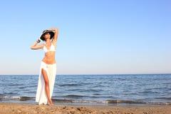 Donna che si distende sulla spiaggia fotografie stock libere da diritti
