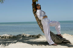 Donna che si distende sulla spiaggia fotografia stock libera da diritti