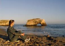 Donna che si distende sulla spiaggia fotografia stock